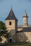 Κάθετη άποψη του μοναστηριού Dragomirna πίσω από τα δέντρα Στοκ Εικόνες