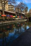 Κάθετη άποψη του San Antonio Riverwalk με το ζωηρόχρωμο umbrell Στοκ εικόνα με δικαίωμα ελεύθερης χρήσης