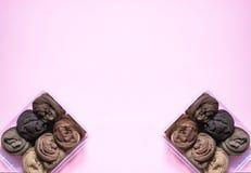 Κάθετη αποθήκευση ενδυμάτων στην εγχώρια ντουλάπα Καλσόν σε ένα πλαστικό κιβώτιο στο μαλακό ρόδινο υπόβαθρο στοκ φωτογραφίες