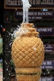 Κάθετη εικόνα της πηγής ανανά με το νερό που ανατρέπει από την κορυφή και πέρα από τις πλευρές Στοκ φωτογραφία με δικαίωμα ελεύθερης χρήσης
