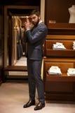 Κάθετη εικόνα του ατόμου στο κοστούμι που παρουσιάζει σημάδι πυροβόλων όπλων Στοκ εικόνα με δικαίωμα ελεύθερης χρήσης