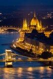 Κάθετη εικόνα του κτηρίου του Κοινοβουλίου στη Βουδαπέστη τη νύχτα Στοκ φωτογραφίες με δικαίωμα ελεύθερης χρήσης