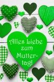 Κάθετη κάρτα με την πράσινη σύσταση καρδιών, ημέρα μητέρων μέσων Muttertag Στοκ φωτογραφίες με δικαίωμα ελεύθερης χρήσης