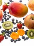 Κάθετη κινηματογράφηση σε πρώτο πλάνο των ανάμεικτων φρούτων στο λευκό στοκ εικόνα με δικαίωμα ελεύθερης χρήσης