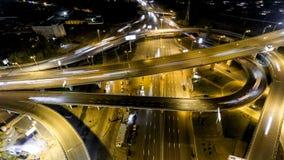 Κάθετη κορυφή κάτω από την εναέρια άποψη της κυκλοφορίας στην ανταλλαγή αυτοκινητόδρομων τη νύχτα απόθεμα βίντεο