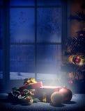 Κάθετη νύχτα Χριστουγέννων σύνθεσης με το γαλαζωπό μέτωπο ονείρου χρώματος Στοκ Εικόνες