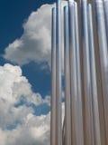 Κάθετη ομάδα μεταλλικών σωλήνα και μπλε ουρανού χάλυβα στο υπόβαθρο Στοκ φωτογραφία με δικαίωμα ελεύθερης χρήσης