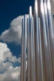 Κάθετη ομάδα μεταλλικών σωλήνα και μπλε ουρανού χάλυβα στο υπόβαθρο Στοκ εικόνα με δικαίωμα ελεύθερης χρήσης