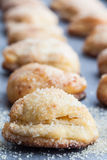 Κάθετη σειρά των μπισκότων τυριών εξοχικών σπιτιών που ψεκάζονται με τη ζάχαρη Στοκ φωτογραφίες με δικαίωμα ελεύθερης χρήσης