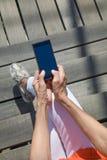 Κάθετη τοπ άποψη των χεριών γυναικών που δακτυλογραφούν στο κινητό τηλεφωνικό κενό Sc Στοκ εικόνες με δικαίωμα ελεύθερης χρήσης