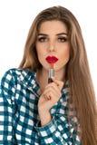 Κάθετη φωτογραφία του νέου όμορφου μοντέρνου κοριτσιού με το κραγιόν μέσα Στοκ φωτογραφία με δικαίωμα ελεύθερης χρήσης