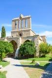 Κάθετη φωτογραφία του όμορφου αβαείου Bellapais στη βόρεια Κύπρο που λαμβάνεται με το μπλε ουρανό ανωτέρω Το αρχαίο μοναστήρι είν στοκ φωτογραφία με δικαίωμα ελεύθερης χρήσης