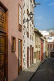 Κάθετη φωτογραφία των ζωηρόχρωμων παλαιών σπιτιών ύφους Tenerife Στοκ εικόνα με δικαίωμα ελεύθερης χρήσης