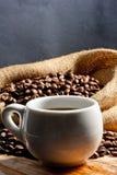 Κάθετη φωτογραφία - φλυτζάνι και καφές στοκ εικόνα
