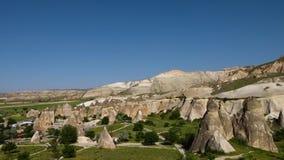 Κάθετοι κωνικοί σχηματισμοί βράχου σε μια ομάδα σε ένα ορεινό τοπίο απόθεμα βίντεο