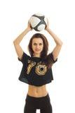 Κάθετος αθλητισμός πορτρέτου ένα λεπτό κορίτσι που κρατά το κεφάλι πέρα από μια σφαίρα ποδοσφαίρου Στοκ Φωτογραφίες