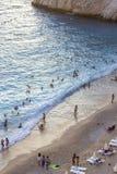 Κάθετος βλαστός των ανθρώπων που απολαμβάνουν στο κόστος της παραλίας στο χρόνο ηλιοβασιλέματος στοκ φωτογραφία με δικαίωμα ελεύθερης χρήσης