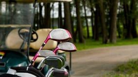 Κάθετος μετακινηθείτε τον πυροβολισμό του εξοπλισμού γκολφ και του αυτοκινήτου γκολφ απόθεμα βίντεο