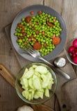 Κάθετος πάρτε το πιάτο που μαγειρεύεται με τα μπιζέλια ζαμπόν και chorizo στο παλαιό woode Στοκ Εικόνες