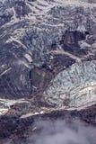 κάθετος πυροβολισμός των παγετώνων και της σκληρής πλευράς βουνών στο μεγάλο υψόμετρο με την ομίχλη στοκ φωτογραφίες με δικαίωμα ελεύθερης χρήσης