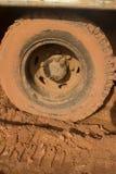 Κάθετος στενός επάνω καλυμμένης της λάσπη ρόδας φορτηγών με το πλαστικό μπουκάλι Στοκ Εικόνες
