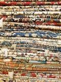 Κάθετος σωρός των ζωηρόχρωμων Μεσο-Ανατολικών κουβερτών και των ταπήτων ύφους Στοκ Φωτογραφία