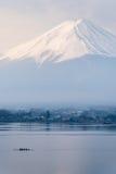 Κάθετος τοποθετήστε το Φούτζι fujisan από τη λίμνη Kawaguchigo με Kayaking Στοκ φωτογραφία με δικαίωμα ελεύθερης χρήσης