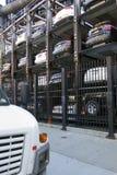 Κάθετος υπαίθριος σταθμός αυτοκινήτων στην πόλη της Νέας Υόρκης που βλέπει άνωθεν Στοκ Εικόνα