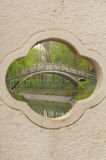 Κάθετο έμβλημα - αυξήθηκε παράθυρο στη γέφυρα αψίδων πετρών Στοκ Φωτογραφίες