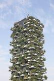 Κάθετο δασικό κτήριο στο Μιλάνο, Ιταλία Στοκ εικόνες με δικαίωμα ελεύθερης χρήσης