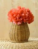 Κάθετο καλάθι βάζων με το κόκκινο λουλούδι εγγράφου ιστού στοκ εικόνα με δικαίωμα ελεύθερης χρήσης