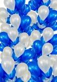 Κάθετο, μπλε και άσπρο ήλιο μπαλονιών αφισών μπαλονιών που επιπλέει επάνω Στοκ φωτογραφία με δικαίωμα ελεύθερης χρήσης