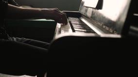 Κάθετο πανόραμα Πολύ ένας στενός εξετάζει τα χέρια ενός pianist φιλμ μικρού μήκους