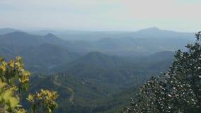 Κάθετο πανόραμα του μπλε ουρανού και των βουνών, όμορφο πράσινο τοπίο, τουρισμός φιλμ μικρού μήκους
