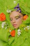 Κάθετο πορτρέτο της όμορφης γυναίκας στα λουλούδια Στοκ εικόνα με δικαίωμα ελεύθερης χρήσης