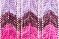 Κάθετο πορφυρό πλέξιμο ροζ ή πλεκτό σχέδιο σύστασης υφάσματος Στοκ φωτογραφίες με δικαίωμα ελεύθερης χρήσης