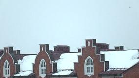 Κάθετο τηγάνι: χιόνι ενάντια στο τούβλινο townhouses έξοχο σε αργή κίνηση βίντεο απόθεμα βίντεο