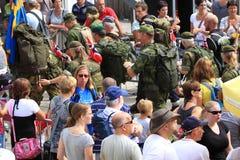 Κάθε χρόνο περίπατος για 50 000 περιπατητές συμμετέχουν στο τεσσάρων ημερών πεζοπορώ Στοκ Εικόνα