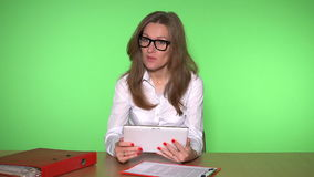 Κάθισμα επιχειρησιακών γυναικών στην αρχή χρησιμοποιώντας έναν υπολογιστή ταμπλετών και συμβουλευτικός τον πελάτη φιλμ μικρού μήκους