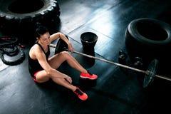 Κάθισμα και στήριξη στο πάτωμα στη γυμναστική στοκ φωτογραφίες με δικαίωμα ελεύθερης χρήσης