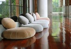 Κάθισμα μαξιλαριών στο ήρεμο δωμάτιο για την περισυλλογή Στοκ Εικόνες
