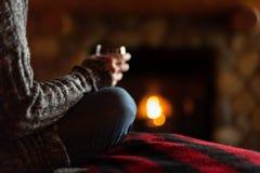 Κάθισμα στην άνετη καμπίνα από την εστία fieldstone με το ποτήρι του κρασιού στοκ εικόνα με δικαίωμα ελεύθερης χρήσης
