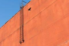 Κάθοδος έκτακτης ανάγκης πυρκαγιάς από τη στέγη Χωρίς παράθυρα στοκ φωτογραφίες με δικαίωμα ελεύθερης χρήσης