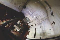 Κάθοδος κάτω από τη σπειροειδή σκάλα στοκ φωτογραφία με δικαίωμα ελεύθερης χρήσης