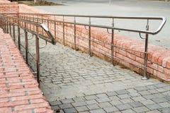 Κάθοδος με τα νέα κιγκλιδώματα σιδήρου στο πάρκο πόλεων στοκ εικόνες με δικαίωμα ελεύθερης χρήσης