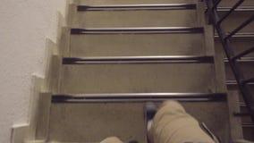 Κάθοδος σε μια σκάλα απόθεμα βίντεο