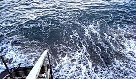 Κάθοδος σκαλών στο βράζοντας νερό της χειμερινής θάλασσας, η θάλασσα της Βαλτικής στο wintertime στοκ φωτογραφίες