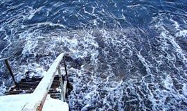 Κάθοδος σκαλών στο βράζοντας νερό της χειμερινής θάλασσας, η θάλασσα της Βαλτικής στο wintertime στοκ φωτογραφίες με δικαίωμα ελεύθερης χρήσης