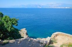 Κάθοδος στην παραλία στην προκυμαία σε Antalya στοκ εικόνα
