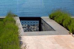 Κάθοδος στη θάλασσα από το κατώφλι με μια διάβαση πεζών των μαρμάρινων κεραμιδιών στοκ εικόνες με δικαίωμα ελεύθερης χρήσης